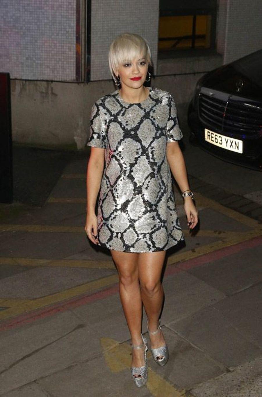 La chanteuse Rita Ora dans une robe moirée à Londres, le 12 février 2015