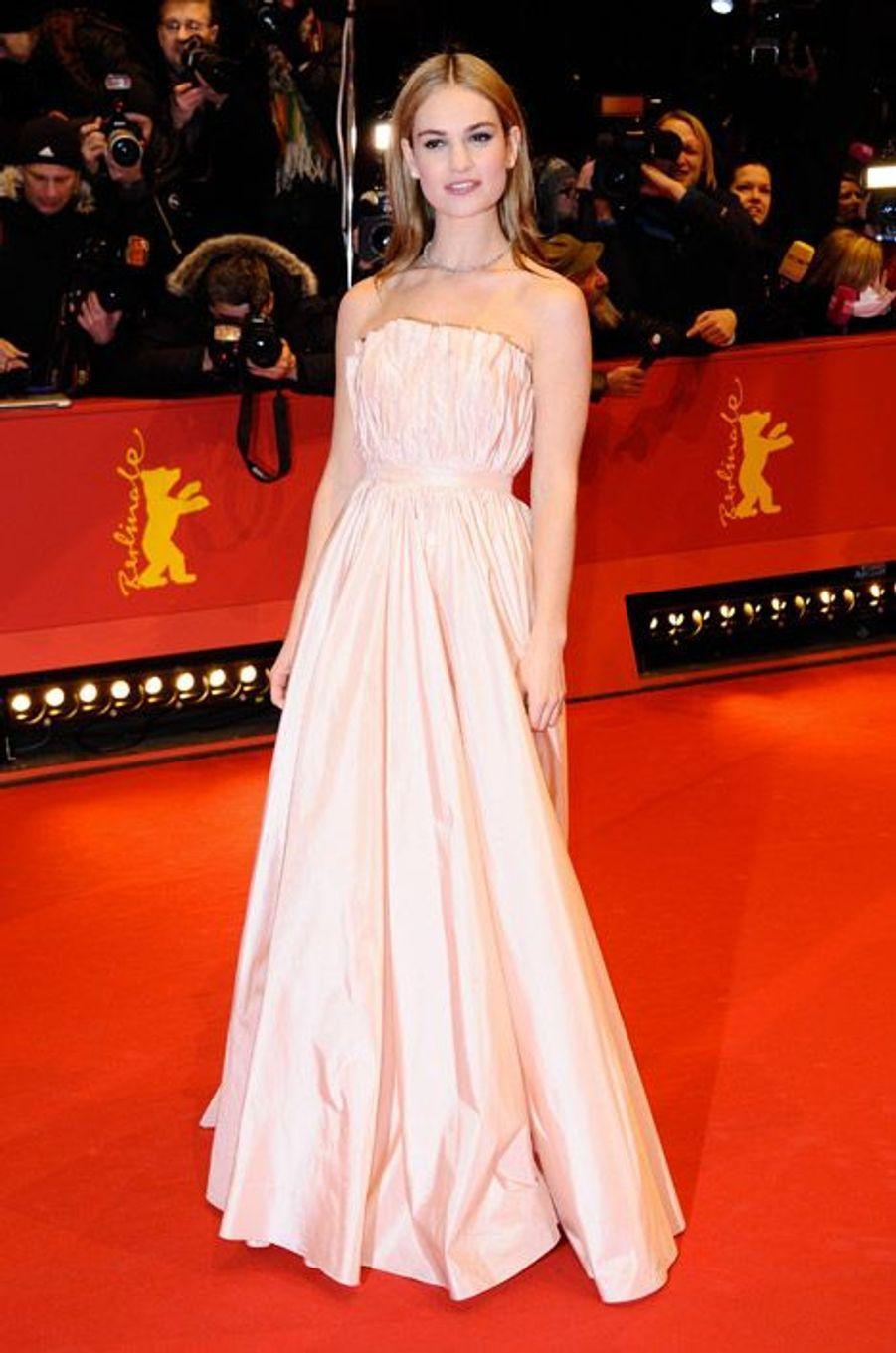 """La jeune actrice Lily James en Christian Dior lors de la projection de """"Cinderella"""" à Berlin, le 13 février 2015"""