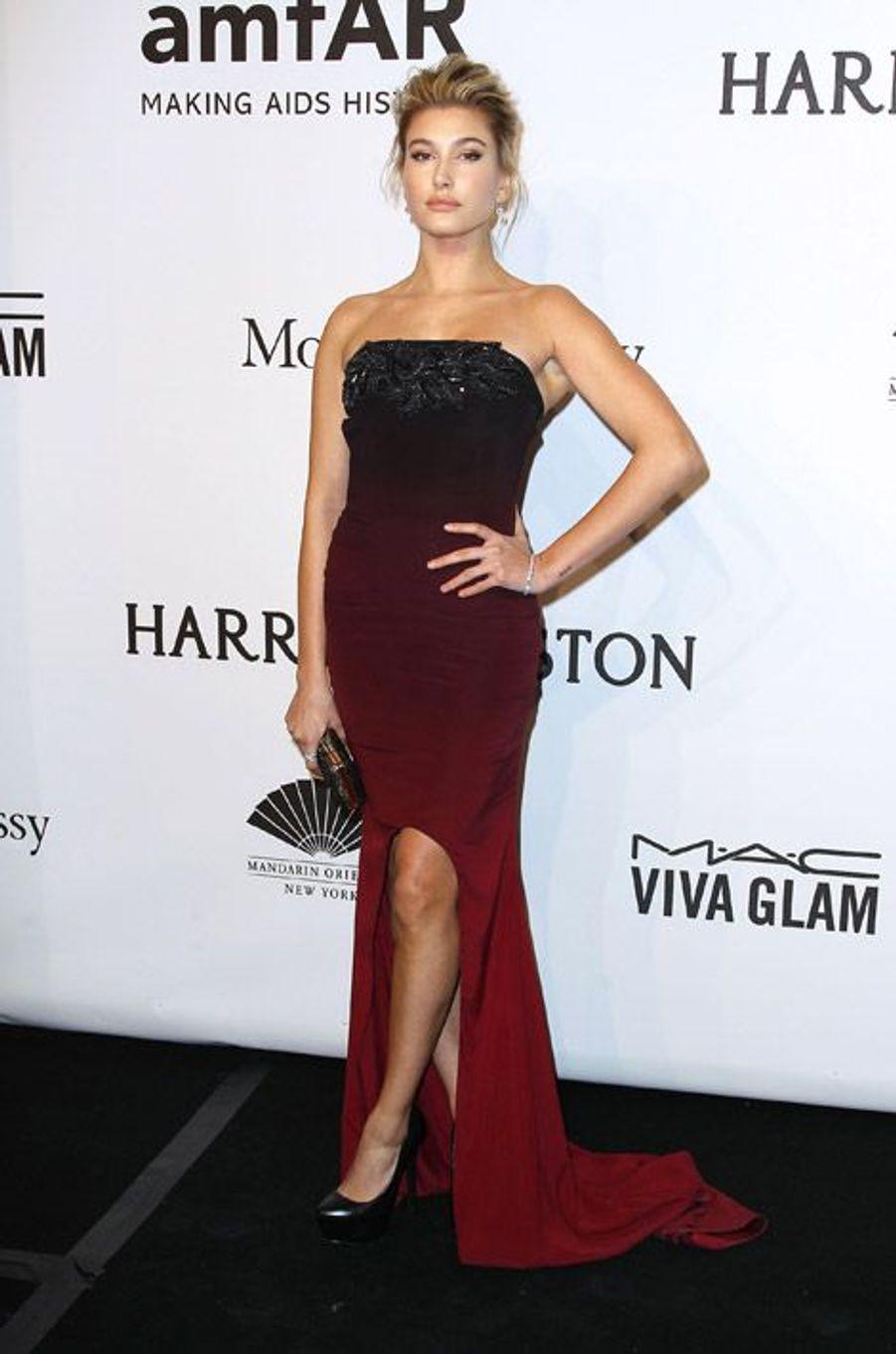 Le mannequin Hailey Baldwin au gala de l'AmfAR à New York, le 11 février 2015