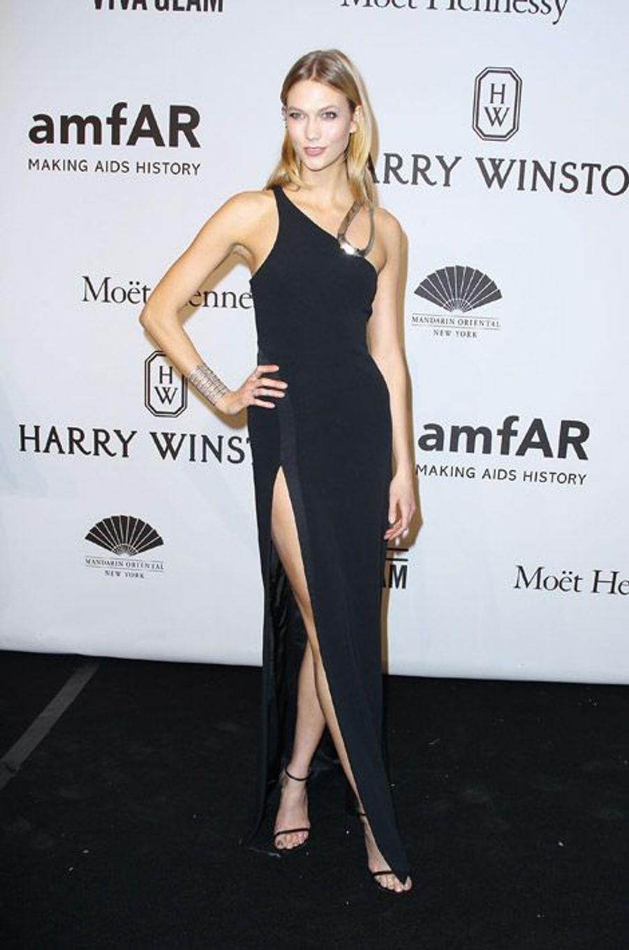 Le mannequin Karlie Kloss en Mugler au gala de l'AmfAR à New York, le 11 février 2015