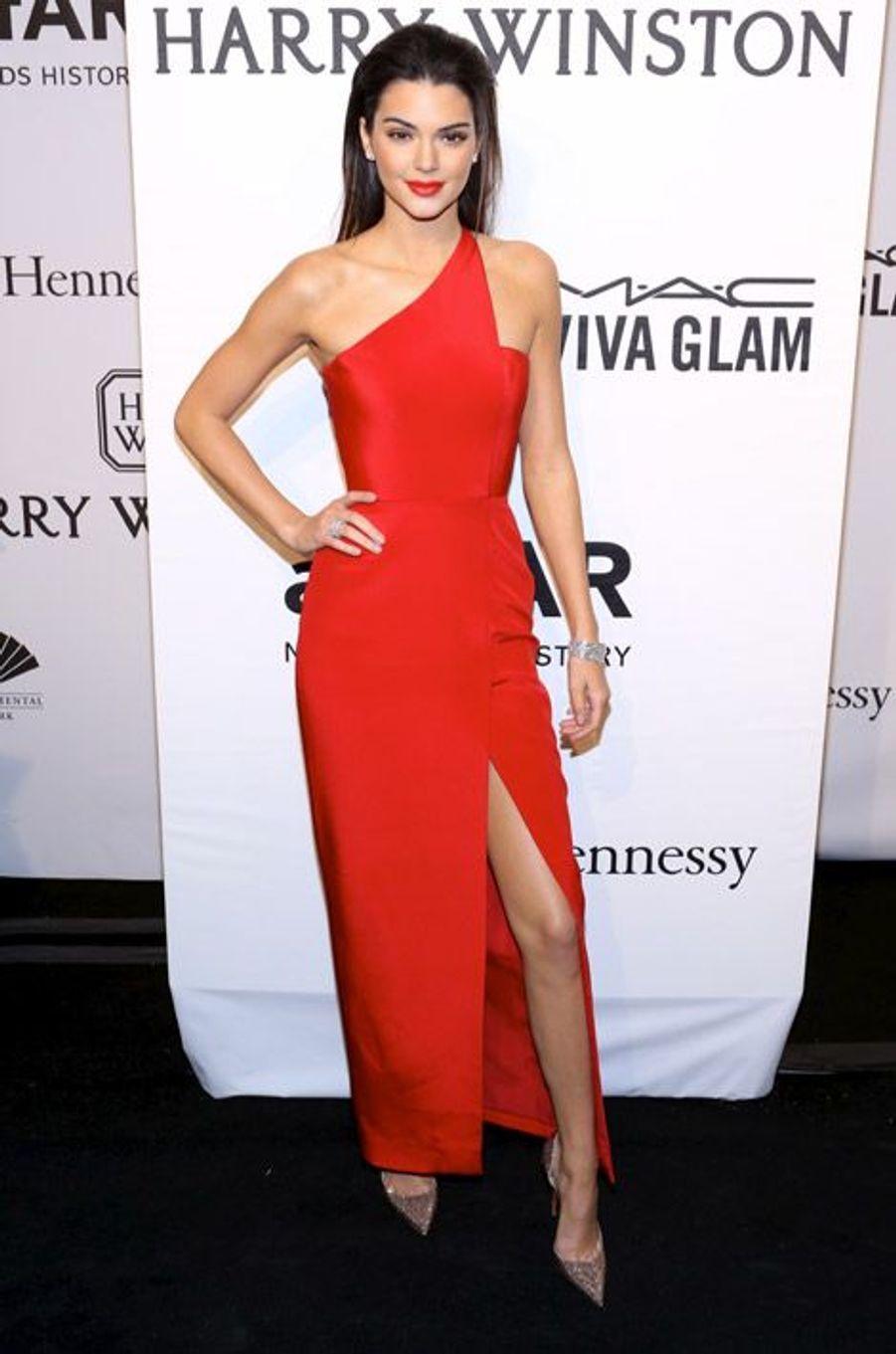 Le mannequin Kendall Jenner en Romona Keveza au gala de l'AmfAR à New York, le 11 février 2015