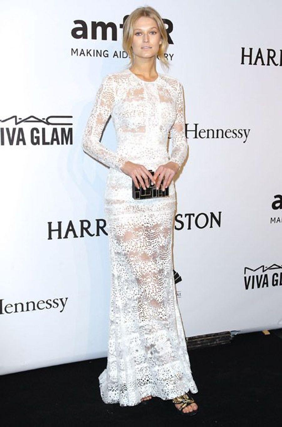 Le mannequin Toni Garrn en Elie Saab au gala de l'AmfAR à New York, le 11 février 2015
