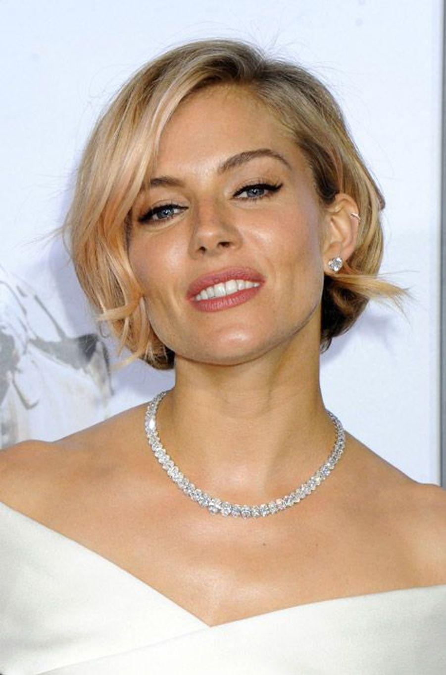 Le mannequin Sienna Miller a succombé aux reflets roses
