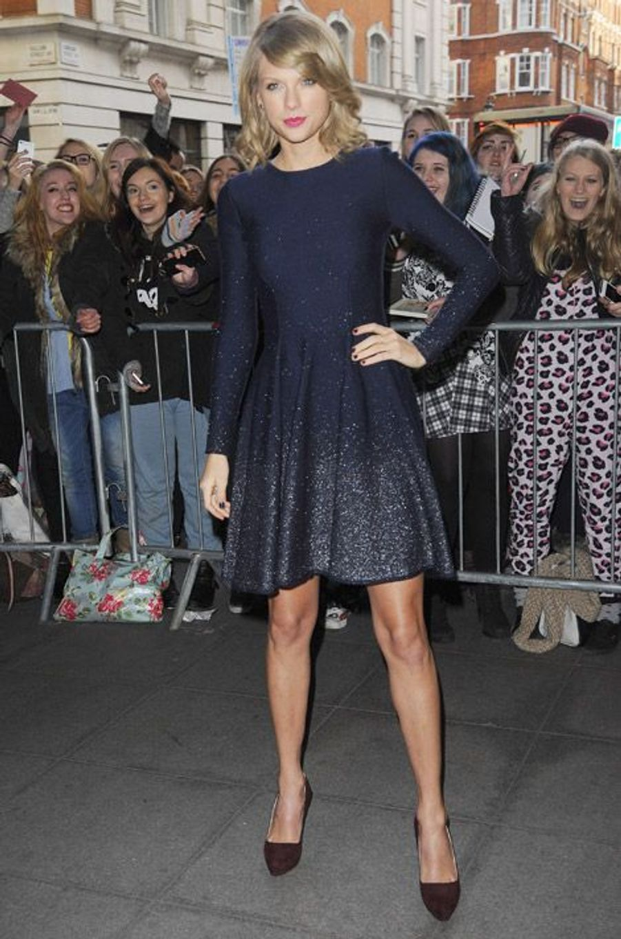 La chanteuse Taylor Swift dans une robe patineuse bleu nuit à Londres, le 24 février 2015