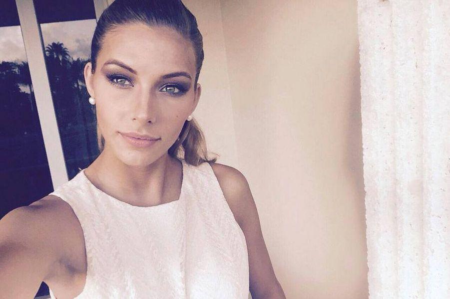 En robe crayon blanche pendant les préparatifs du concours Miss Univers à Miami, le 20 janvier 2015
