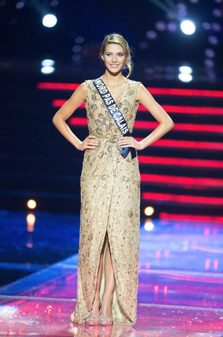 En robe de soirée lors de l'élection Miss France, le 6 décembre 2014
