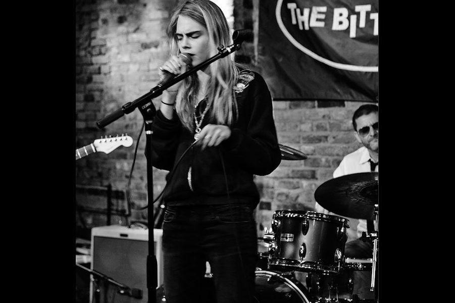 Cara lors de son premier concert dans un pub à New York.
