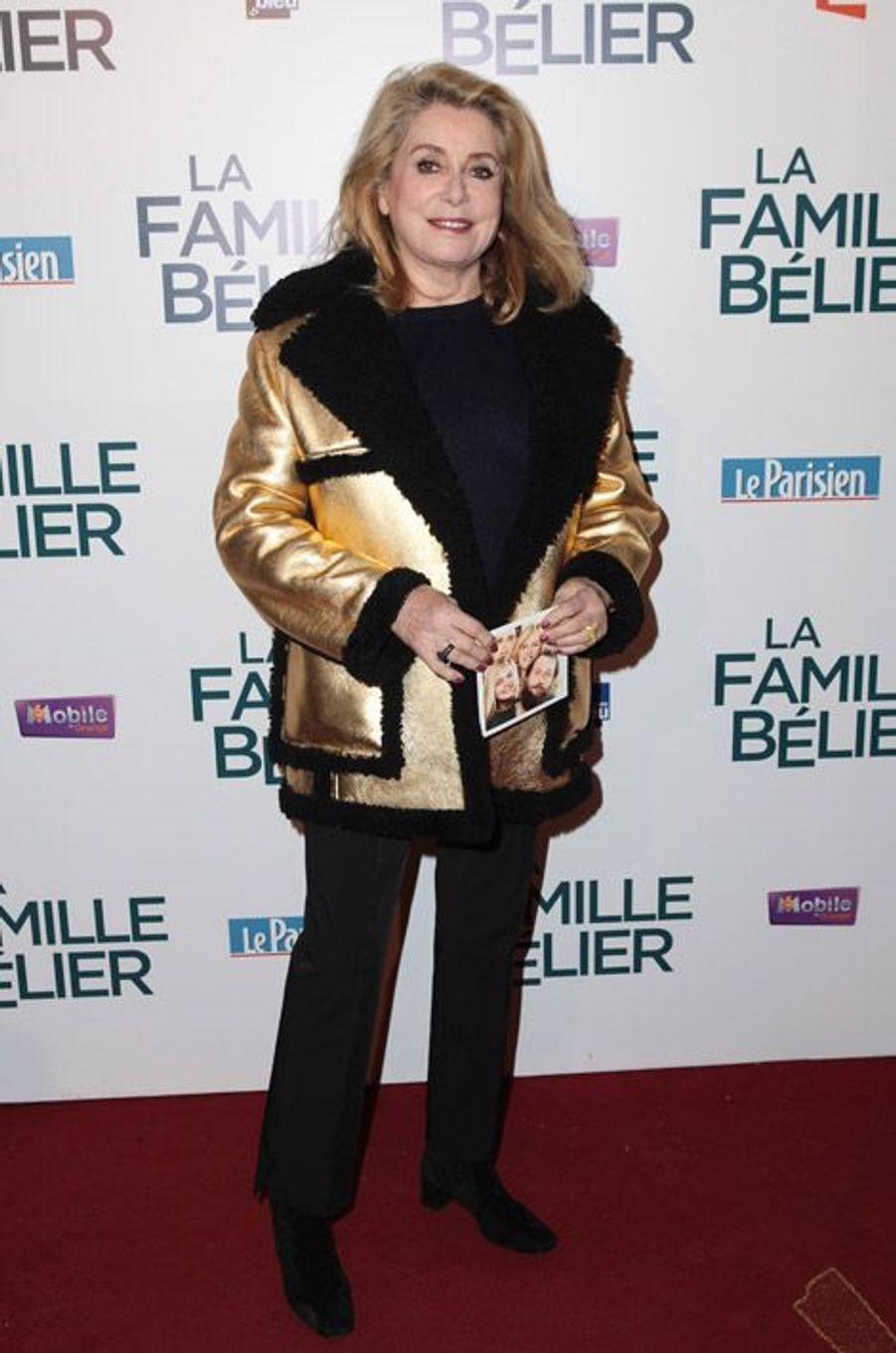 """Gold : Catherine Deneuve lors de la première de """"La famille Bélier"""" à Paris, le 9 décembre 2014"""