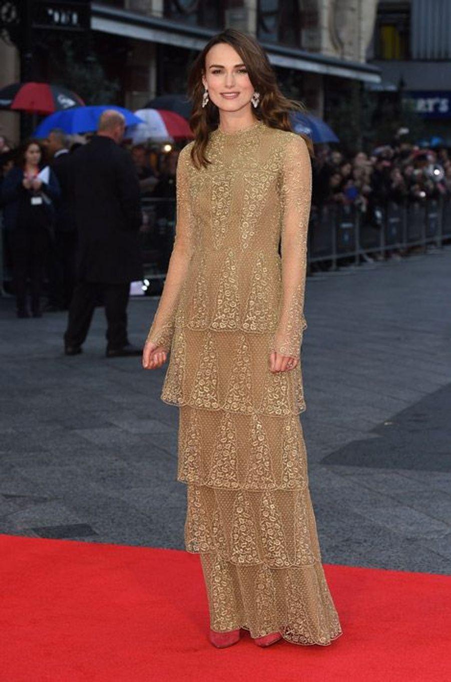 """Gold : l'actrice Keira Knightley lors de la première de """"The Imitation Game"""" à Londres, le 8 octobre 2014"""