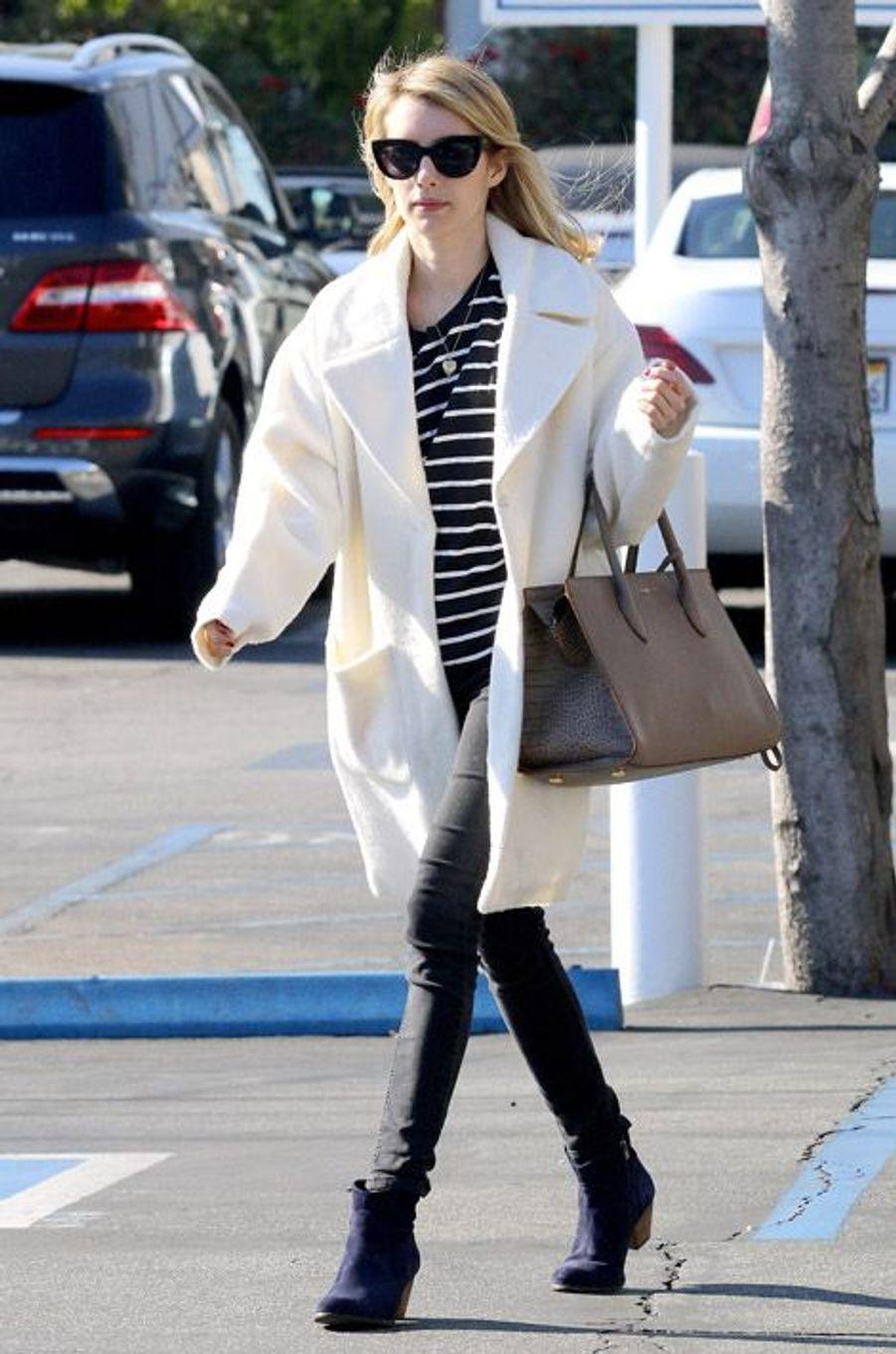 Le manteau XL : l'actrice Emma Roberts à Beverly Hills, le 29 décembre 2014