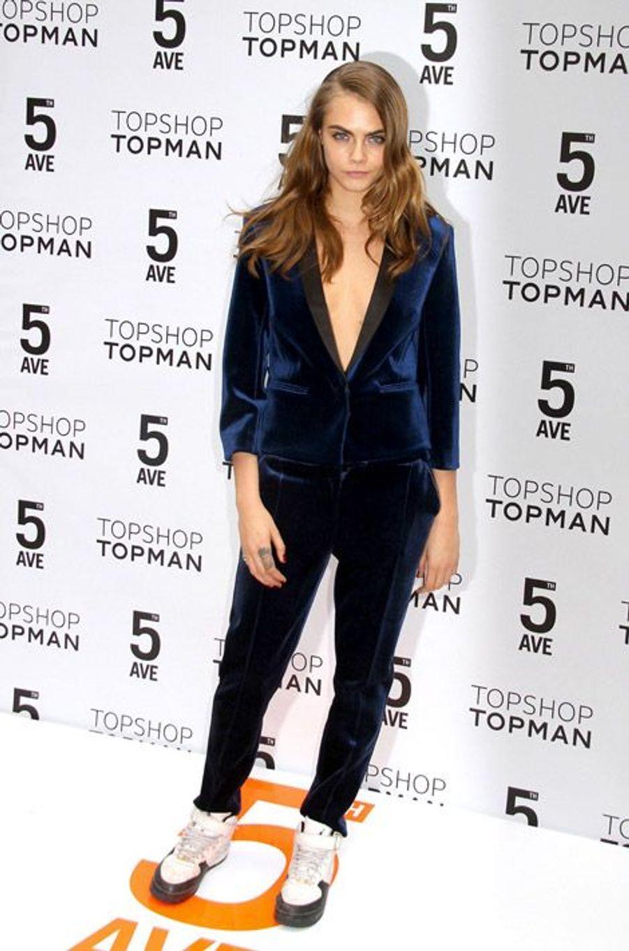 Les baskets : le mannequin Cara Delevingne à l'inauguration de la boutique Topshop à New York, le 5 novembre 2014