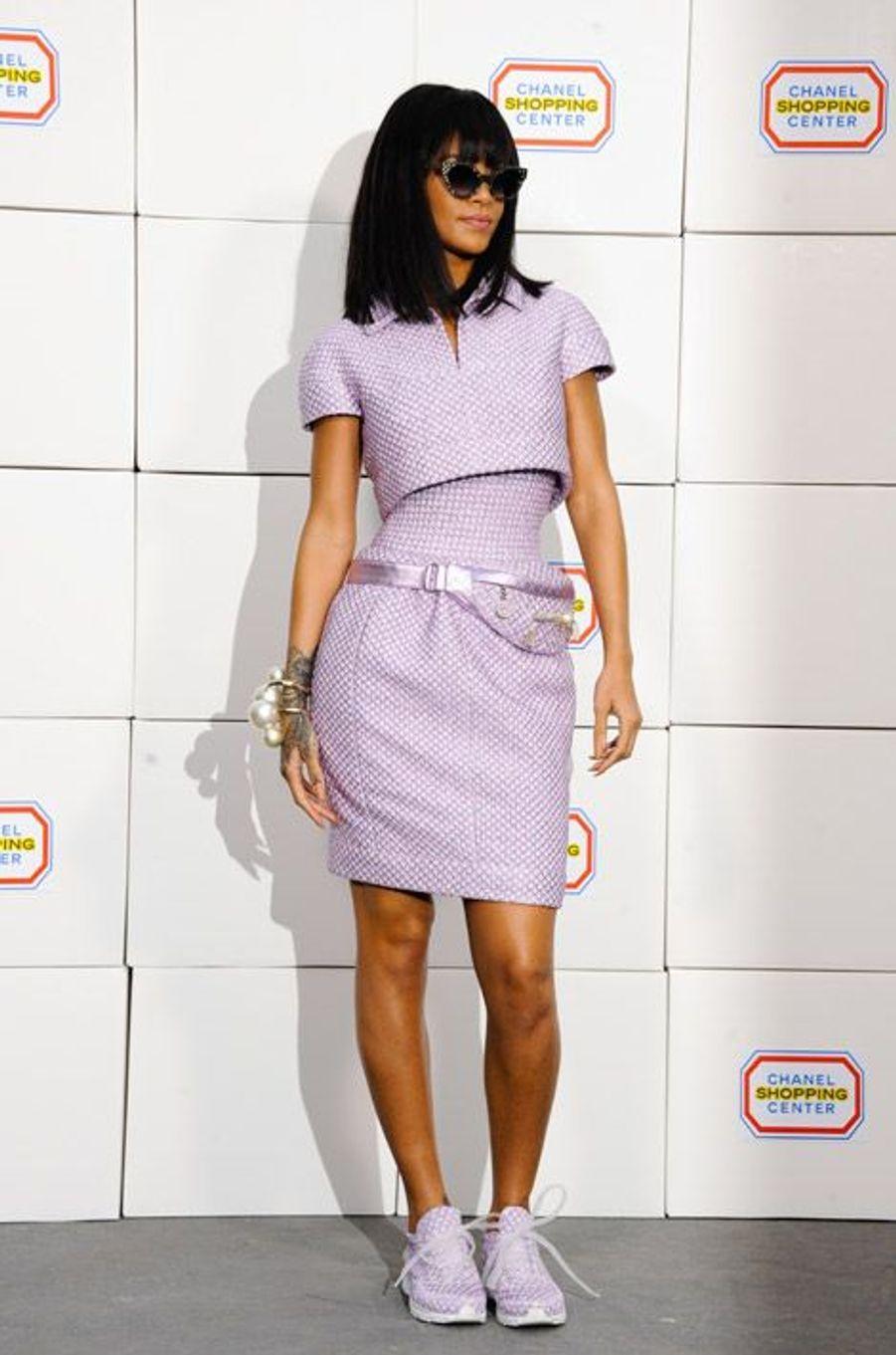 Les baskets: Rihanna lors du défilé Chanel automne-hiver 2014-2015 à Paris, le 4 mars 2014