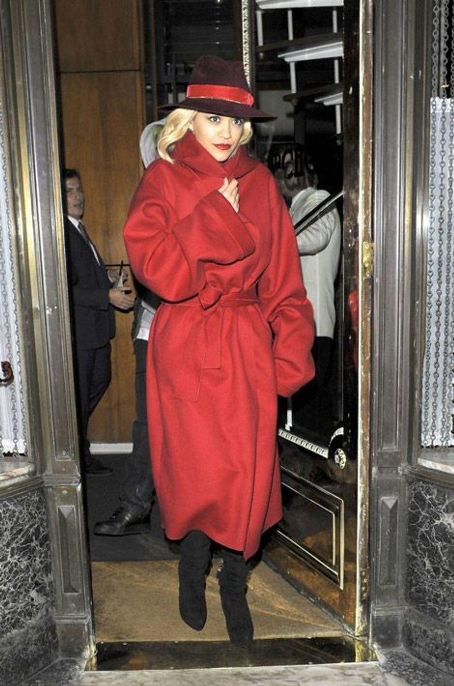 Manteau XL : la chanteuse Rita Ora à Londres, le 12 novembre 2014