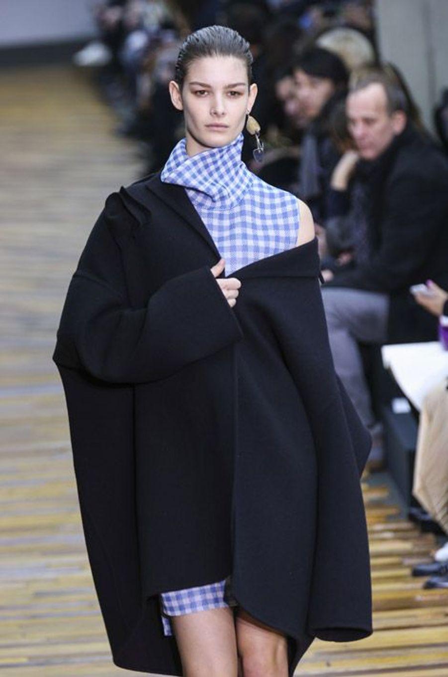 Manteau XL : lors du défilé Céline automne-hiver 2014-2015 à Paris, le 2 mars 2014