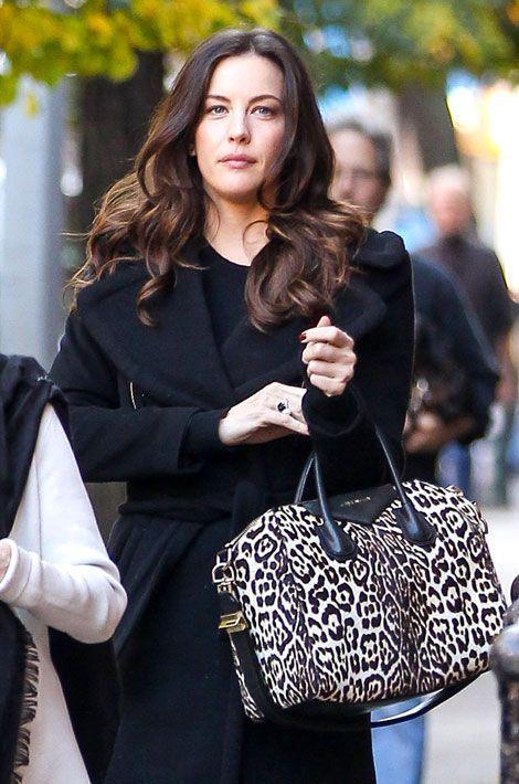 Le léopard par petites touches : l'actrice Liv Tyler et son sac Givenchy, le 6 novembre 2013 à New York