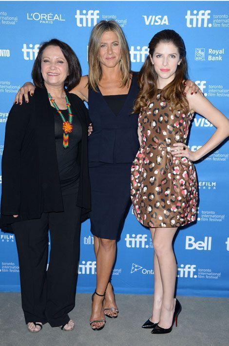 """Le léopard pop : l'actrice Anna Kendrick aux côtés de Jennifer Aniston et de Adriana Barraza pour la première du film """"Cake"""" à Toronto, le 9 se..."""