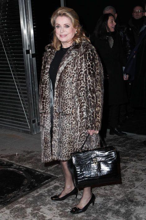 Le manteau léopard : Catherine Deneuve assiste au défilé Etam automne-hiver 2014-2015 à Paris, le 25 février 2014