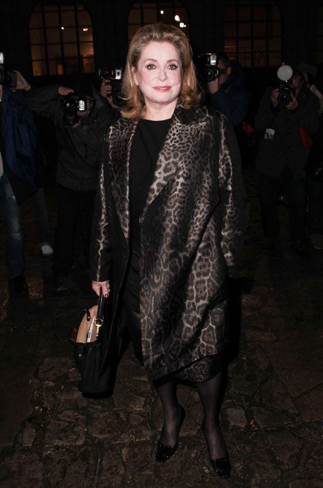Le manteau léopard : Catherine Deneuve assiste au défilé Saint Laurent automne-hiver 2014-2015 à Paris, le 3 mars 2014