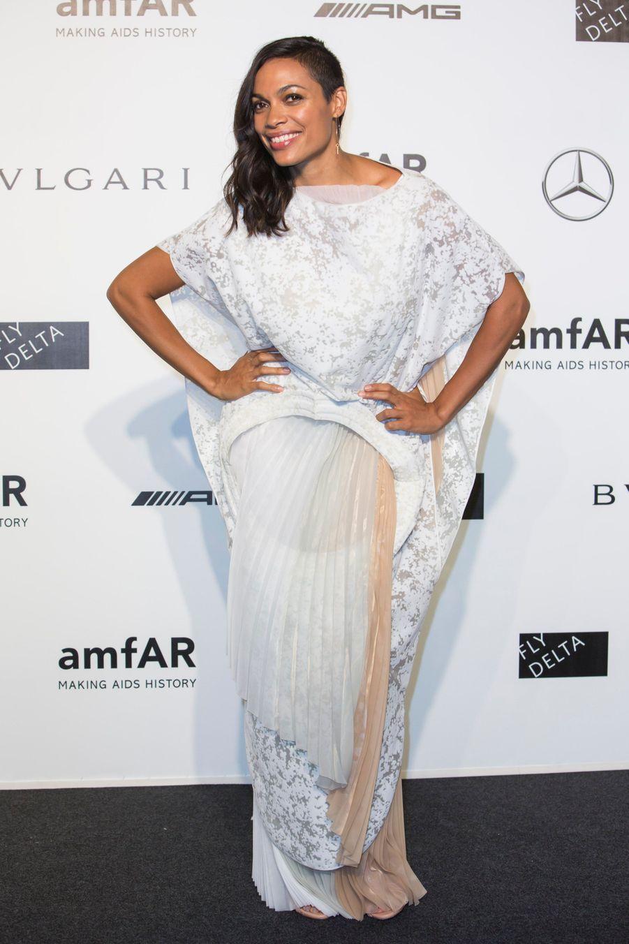 """L'actrice de """"Sin City 2"""", Rosario Dawson, au gala de l'amfAR à Milan, le 20 septembre 2014"""