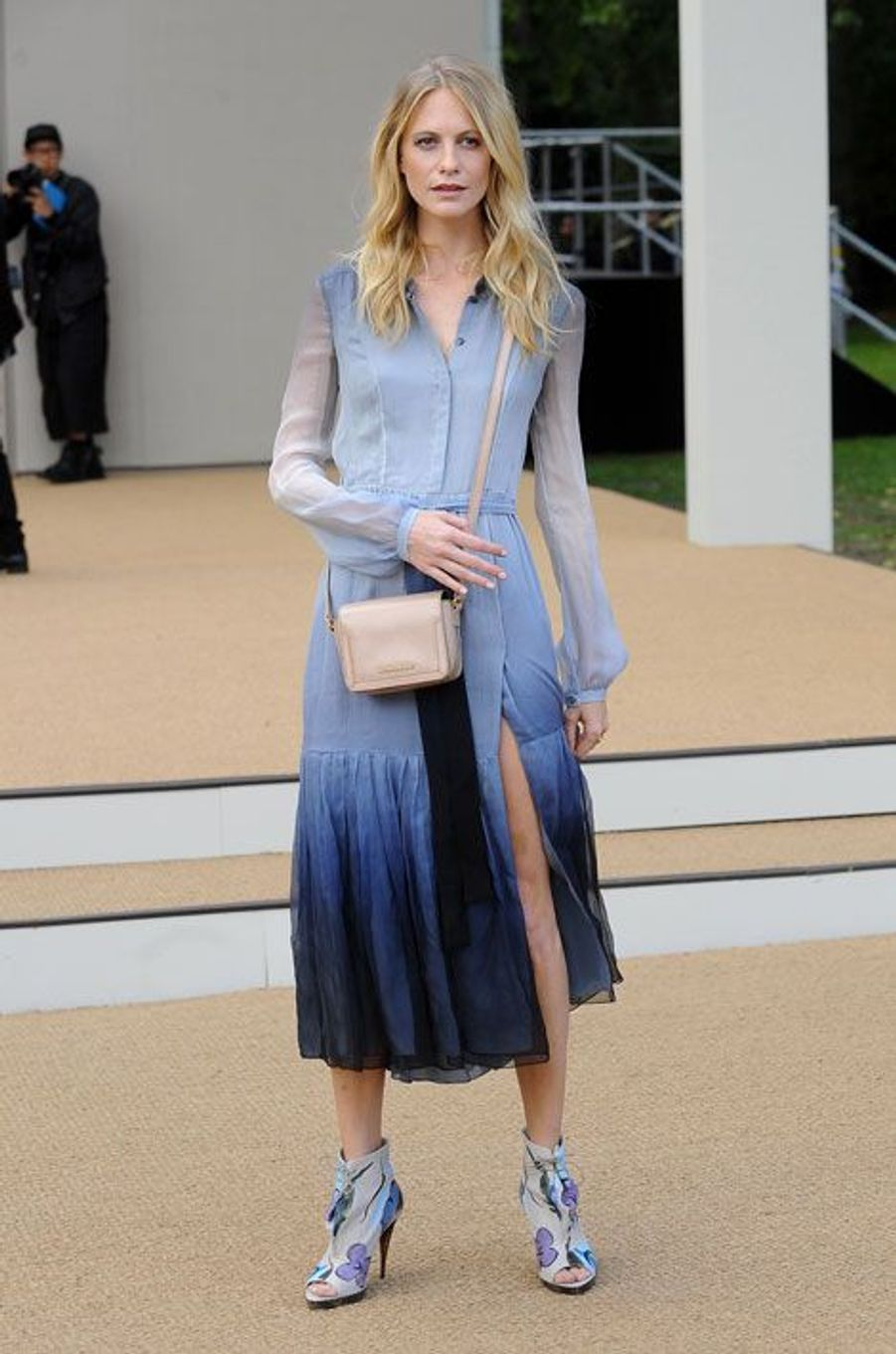 La it-girl britannique Poppy Delevingne assiste au défilé printemps-été 2015 Burberry Prorsum dans une tenue de la griffe, lors de la Gashion We...