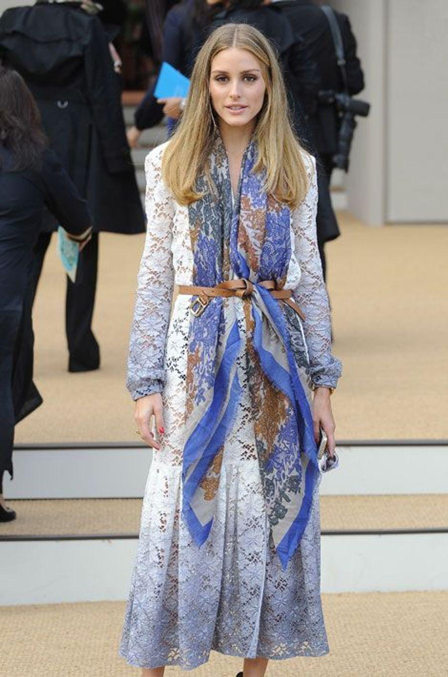 La styliste Olivia Palermo assiste au défilé printemps-été 2015 Burberry Prorsum dans une tenue de la griffe, lors de la Gashion Week de Londres...