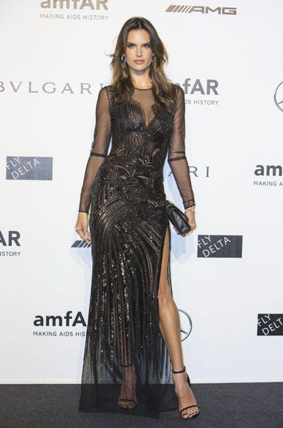 Le top brésilien Alessandra Ambrosio en Versace, au gala de l'amfAR à Milan, le 20 septembre 2014