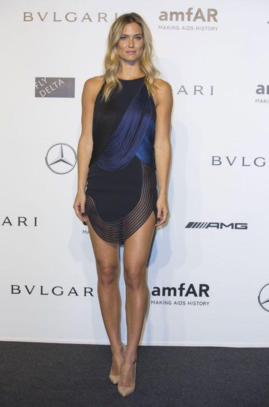 Le top israelien Bar Rafaeli en Stella McCartney, au gala de l'amfAR à Milan, le 20 septembre 2014