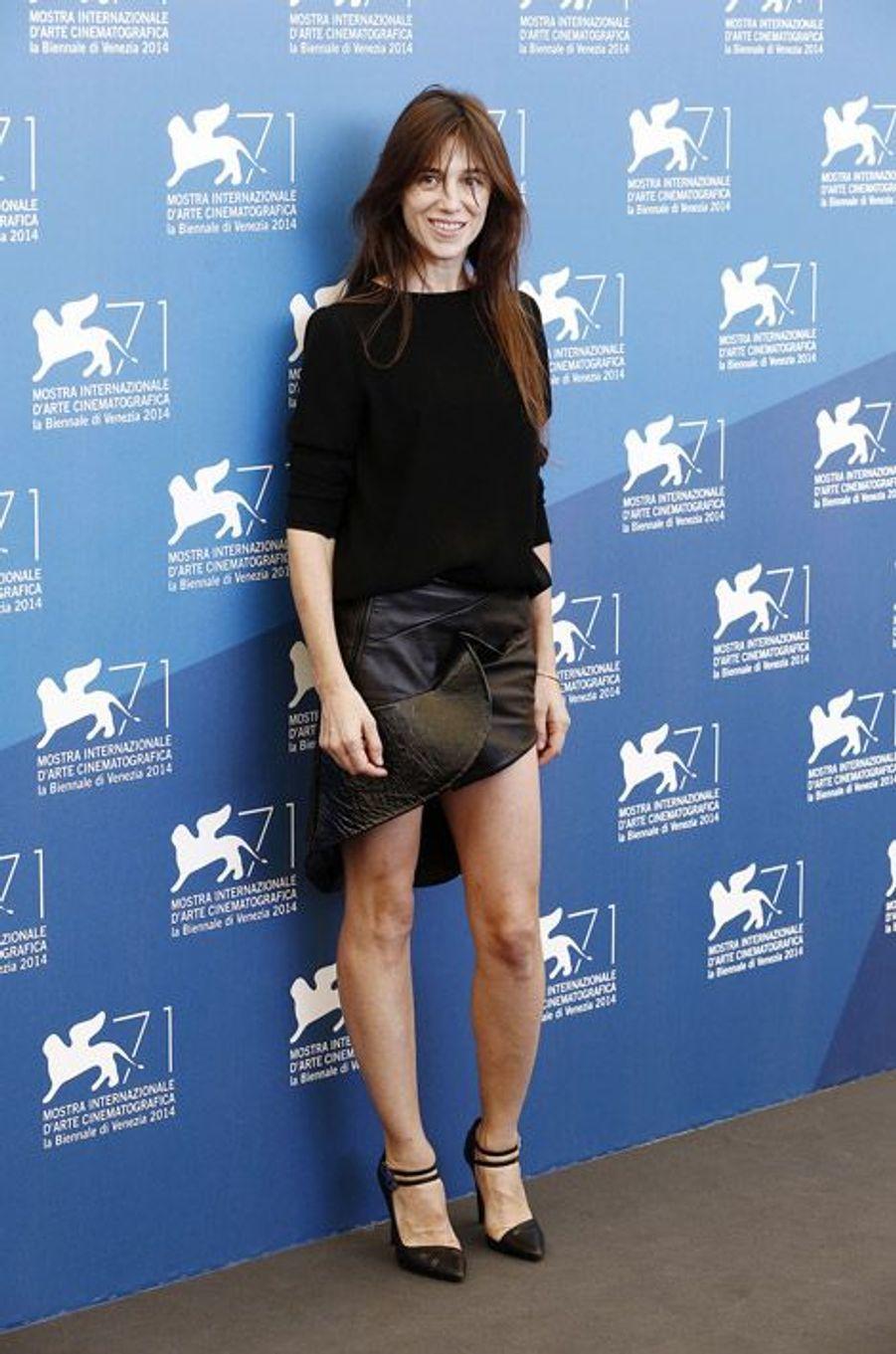 """En mini jupe de cuir Anthony Vaccarello pour la présentation de """"Trois Coeurs"""" à la Mostra de Venise, le 30 août 2014"""