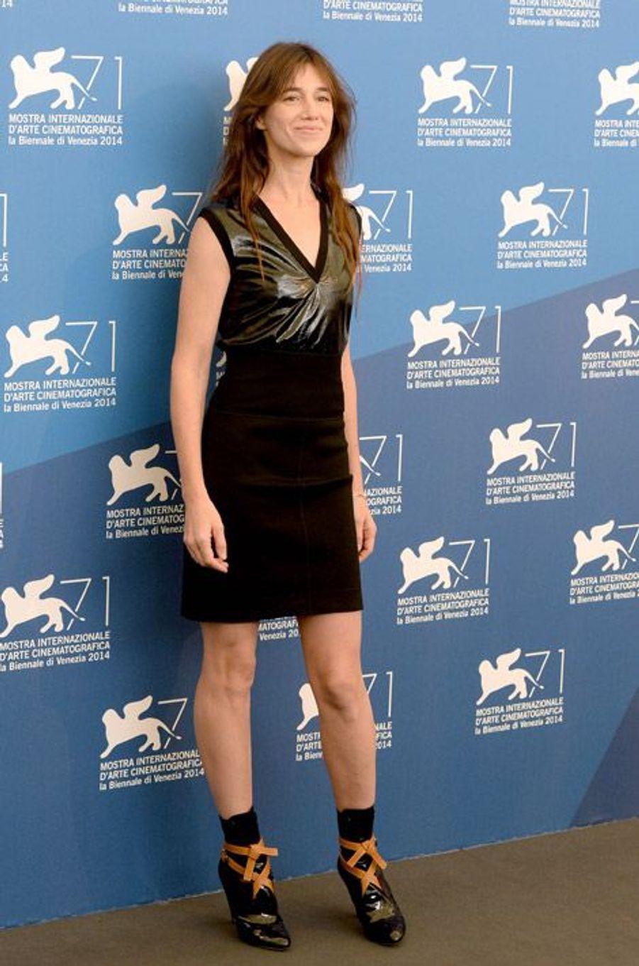 """En mini robe bi-matière lors de la Mostra de Venise pour la présentation de """"Nymphomaniac 2"""", le 1er septembre 2014"""