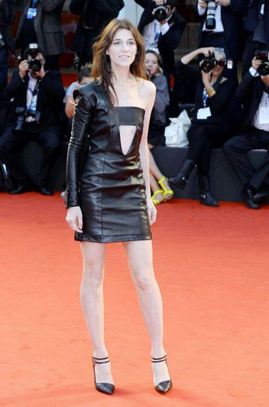"""En robe en cuir Anthony Vaccarello avant la projection de """"Nymphomanic 2"""", le 1er septembre 2014 à la Mostra de Venise"""