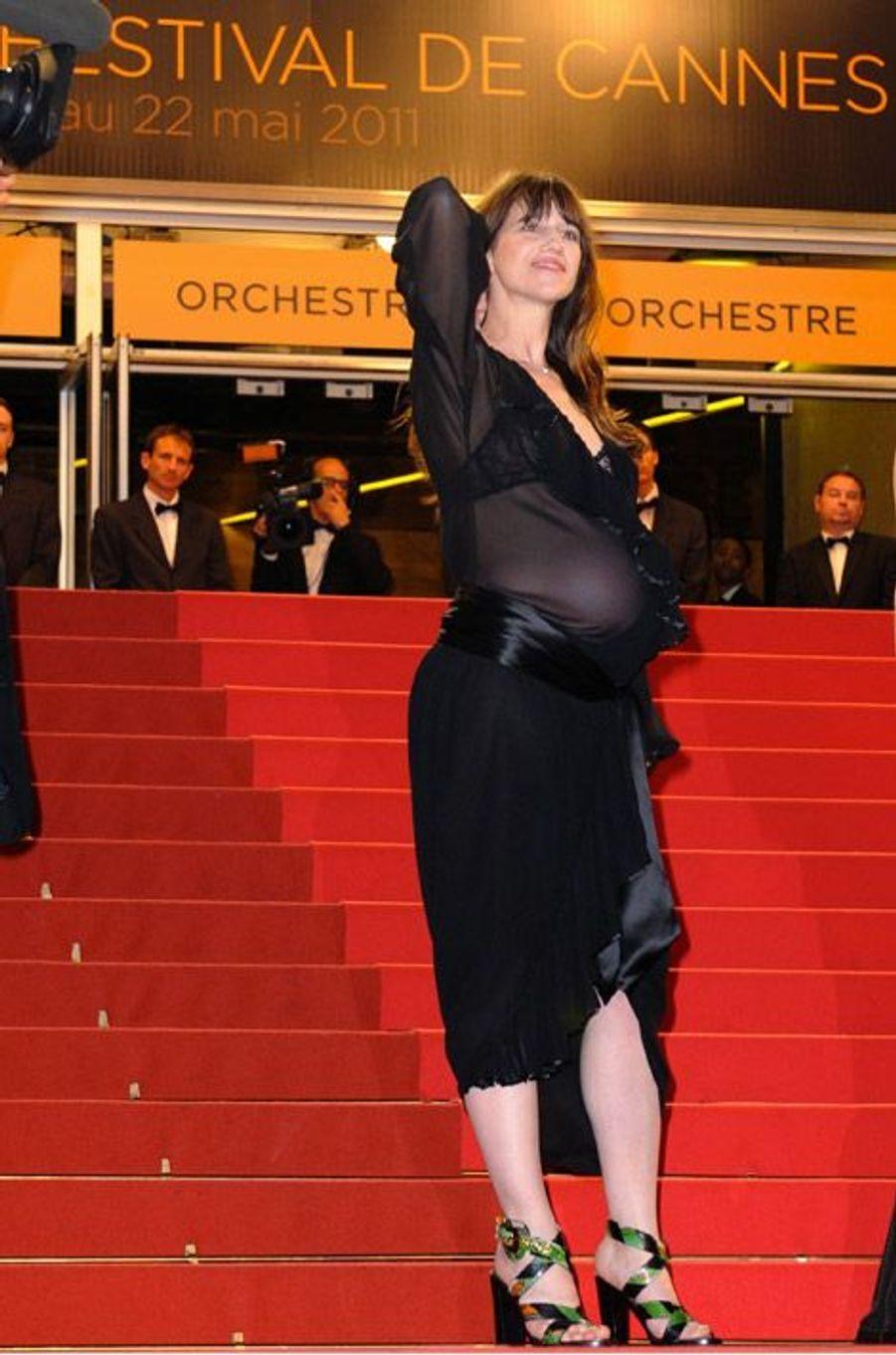 Enceinte dans une robe transparente pendant le Festival de Cannes en 2011