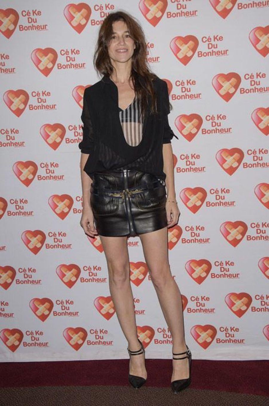 """Sexy en jupe courte en cuir pour la première de """"Samba"""" au profit de l'association """"Cé Ke du Bonheur"""" à Paris, en octobre 2014"""