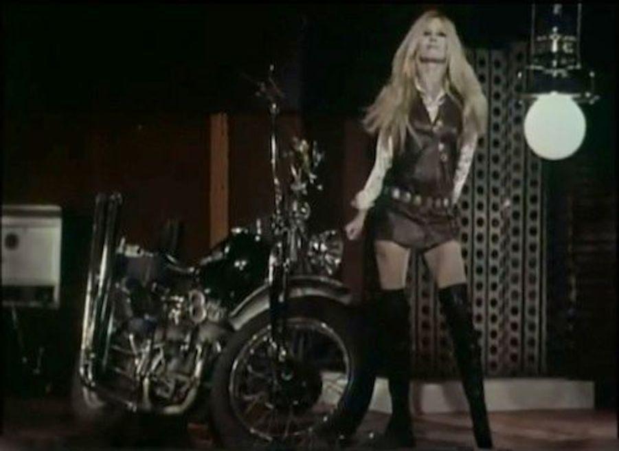 "Brigitte Bardot et ses bottes Roger Vivier dans le clip ""Harley Davidson"", en 1967"