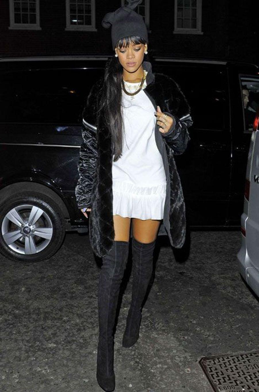 La chanteuse américaine Rihanna sort dîner à Londres, le 27 mars 2014