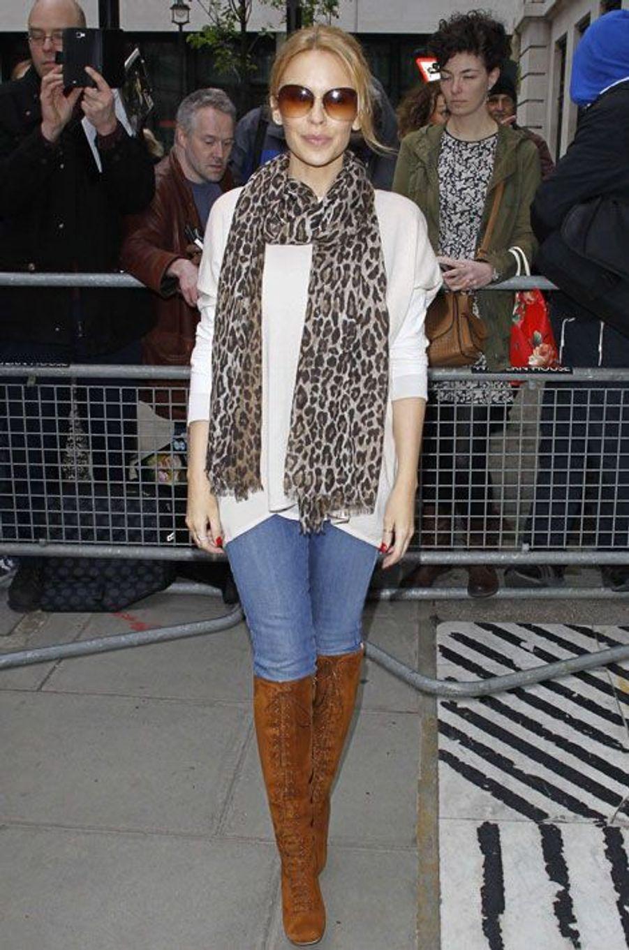 """La chanteuse australienne Kylie Minogue assiste à lémission """"The Voice"""" à Londres, le 4 avril 2014"""