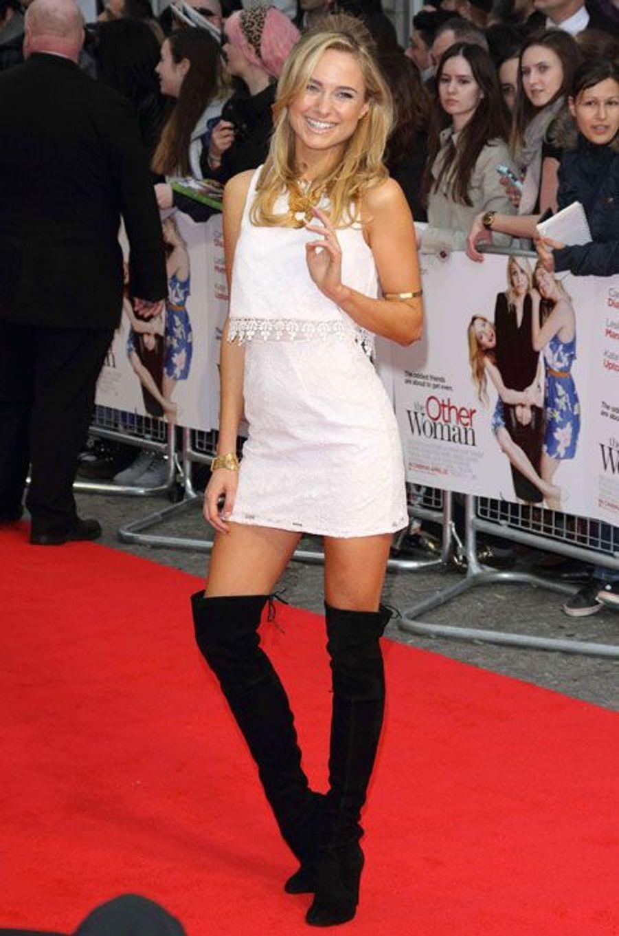 """La styliste britannique Kimberley Garner lors de la première du film """"Triple Alliance"""", à Londres, le 2 avril 2014"""