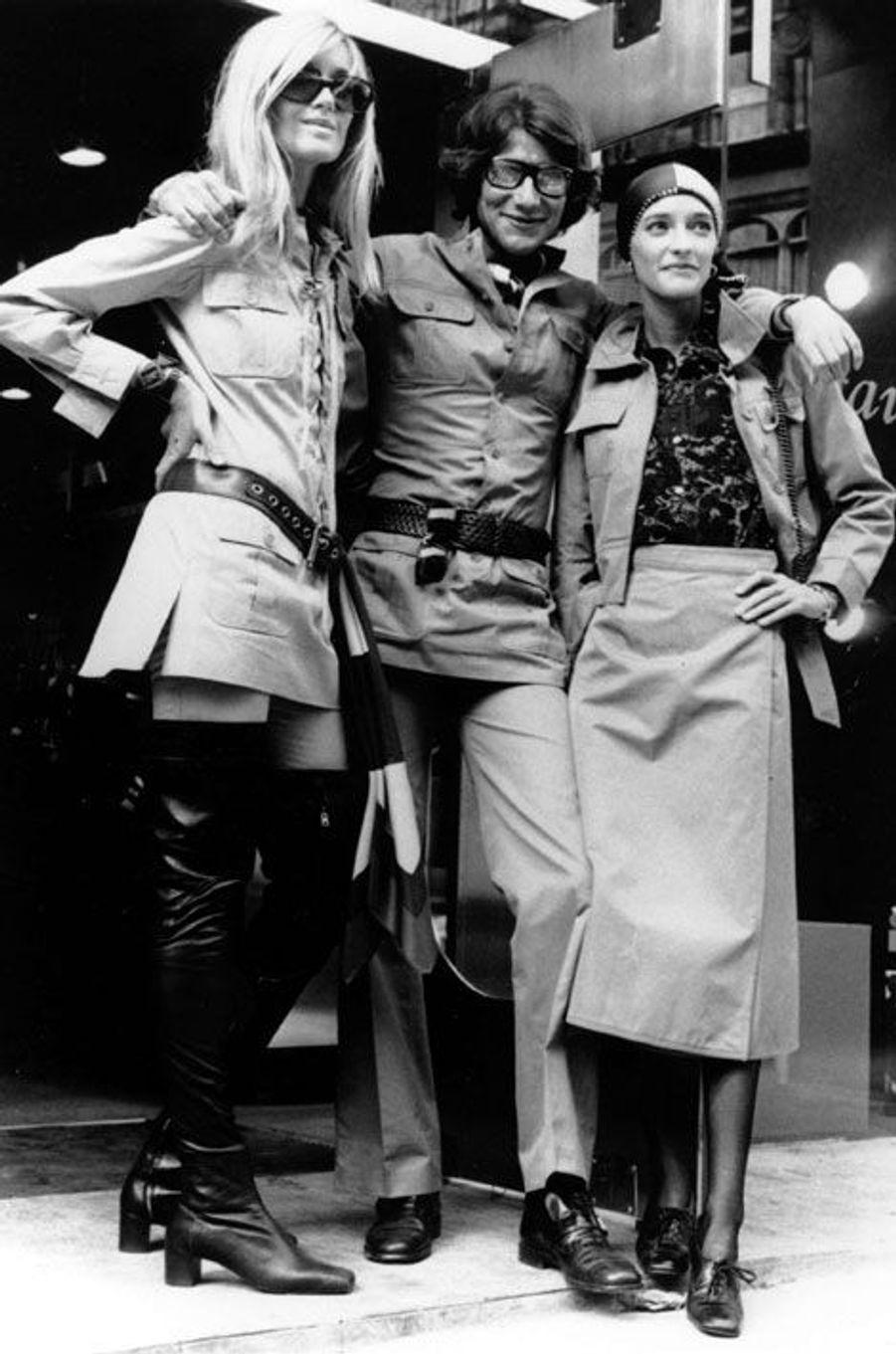 Le mannequin Betty Catroux (à gauche) aux côtés d'Yves Saint Laurent et de Loulou de la Falaise, le 10 septembre 1969 à Londres