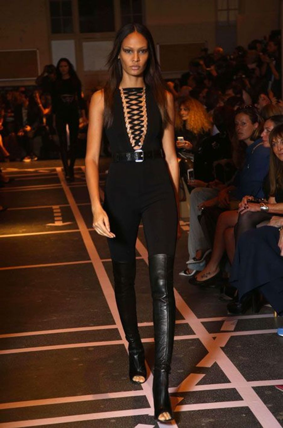 Le mannequin Joan Smalls défile pour Givenchy lors de la Fashion Week de Paris, le 28 septembre 2014