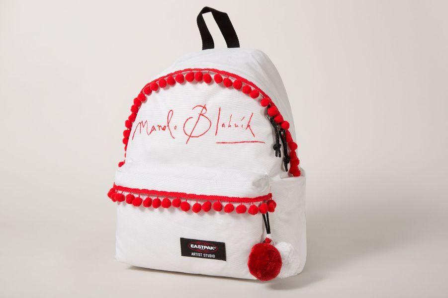 À l'occasion de la Journée Mondiale de Lutte contre le SIDA, le 1er décembre, la marque de sacs à dos Eastpak, en collaboration avec l'association caritative Designers Against AIDS (DAA), a réuni les plus grands noms de la mode pour leur proposer l'exercice ludique de customiser l'iconique sac à dos. Walter Van Beirendonck, Manolo Blahnik, Jean-Paul Gaultier…ce sont 16 créateurs réunis autour d'un même combat. Chacun y allant de sa touche, l'occasion de voir des sacs plus originaux les uns que les autres. Des créations uniques, empreintes d'humour mais aussi de style. La vente aux enchères en ligne des sacs débutera le 1er décembre et s'achèvera le 21 décembre 2014. Les bénéfices seront reversés à l'association DAA, qui promeut des objets favorisant la prise de conscience du SIDA pour endiguer la propagation de cette maladie dans le monde.Manolo Blanhik, joue la carte de la sobriété en décorant son sac de pompons et de sa simple signature hand-made. Less is more.