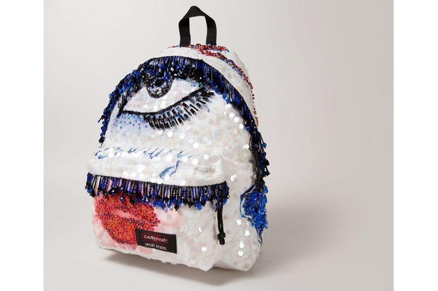 La marque italienne MSGM apporte sa touche de féminité et de raffinement avec un sac entièrement brodé de sequins.