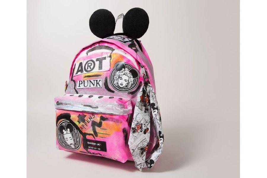 Pour son sac aux allures punk, Christopher Lee Sauvé présente un Mickey dans sa version la plus acide, au milieu d'icônes pop détournées. Mickey's not dead !