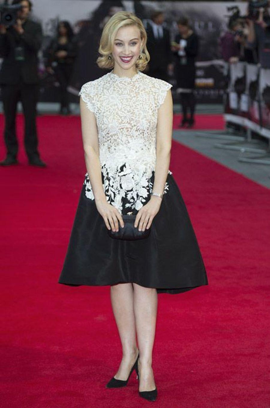 """L'actrice Sarah Gadon en Oscar de la Renta lors de la première du film """"Dracula Untold"""", à Londres, le 1er octobre 2014"""