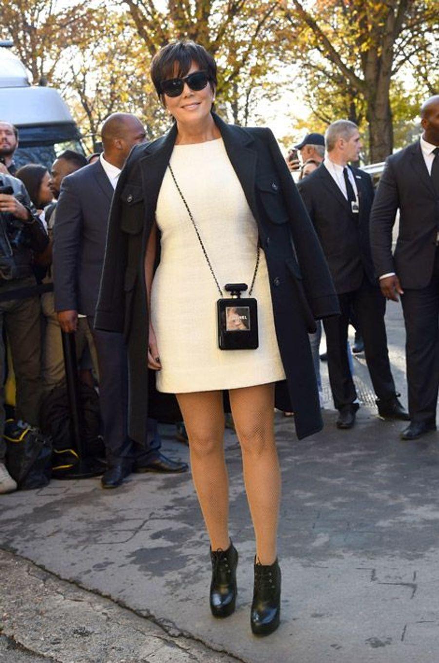 La star de la téléréalité américaine, Kris Jenner, au défilé Chanel le 30 septembre 2014 à Paris