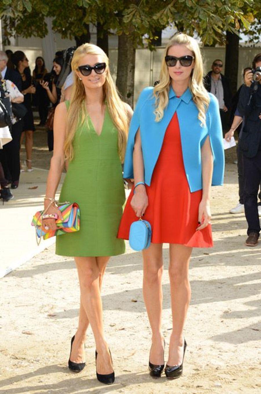 Les héritières Paris et Nicky Hilton au défilé Valentino à Paris, le 30 septembre 2014