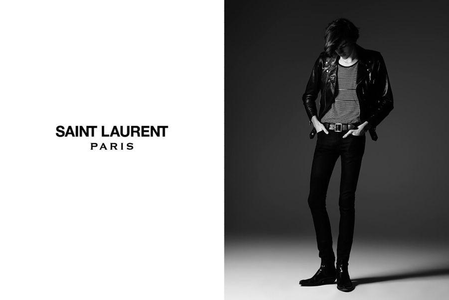 Dylan Brosnan, élégant pour Saint Laurent