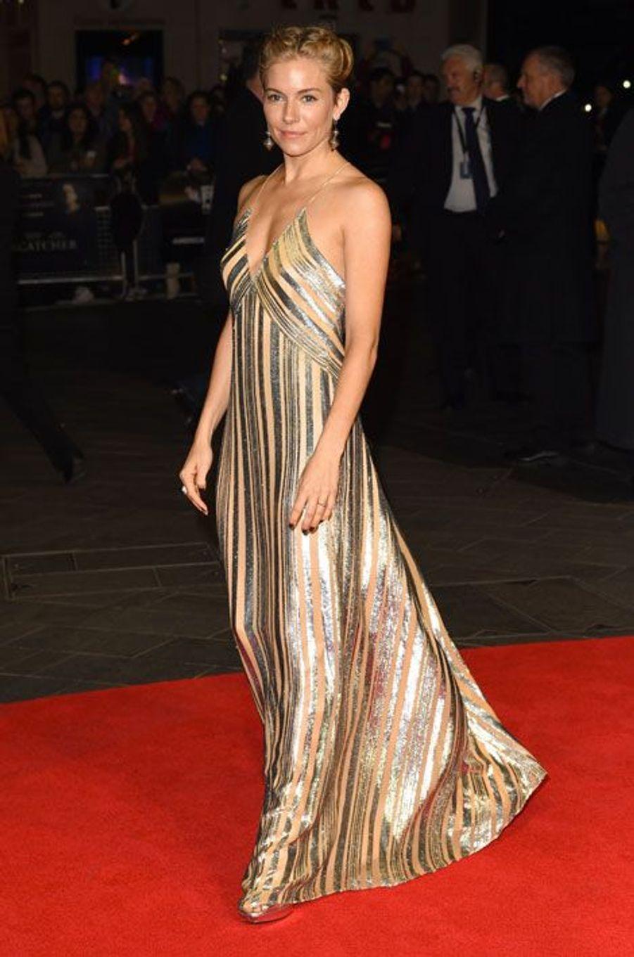 """Sienna Miller, mannequin, assiste à la première du film """"Foxcatcher"""" à Londres, le 16 octobre 2014 en robe Galvan"""