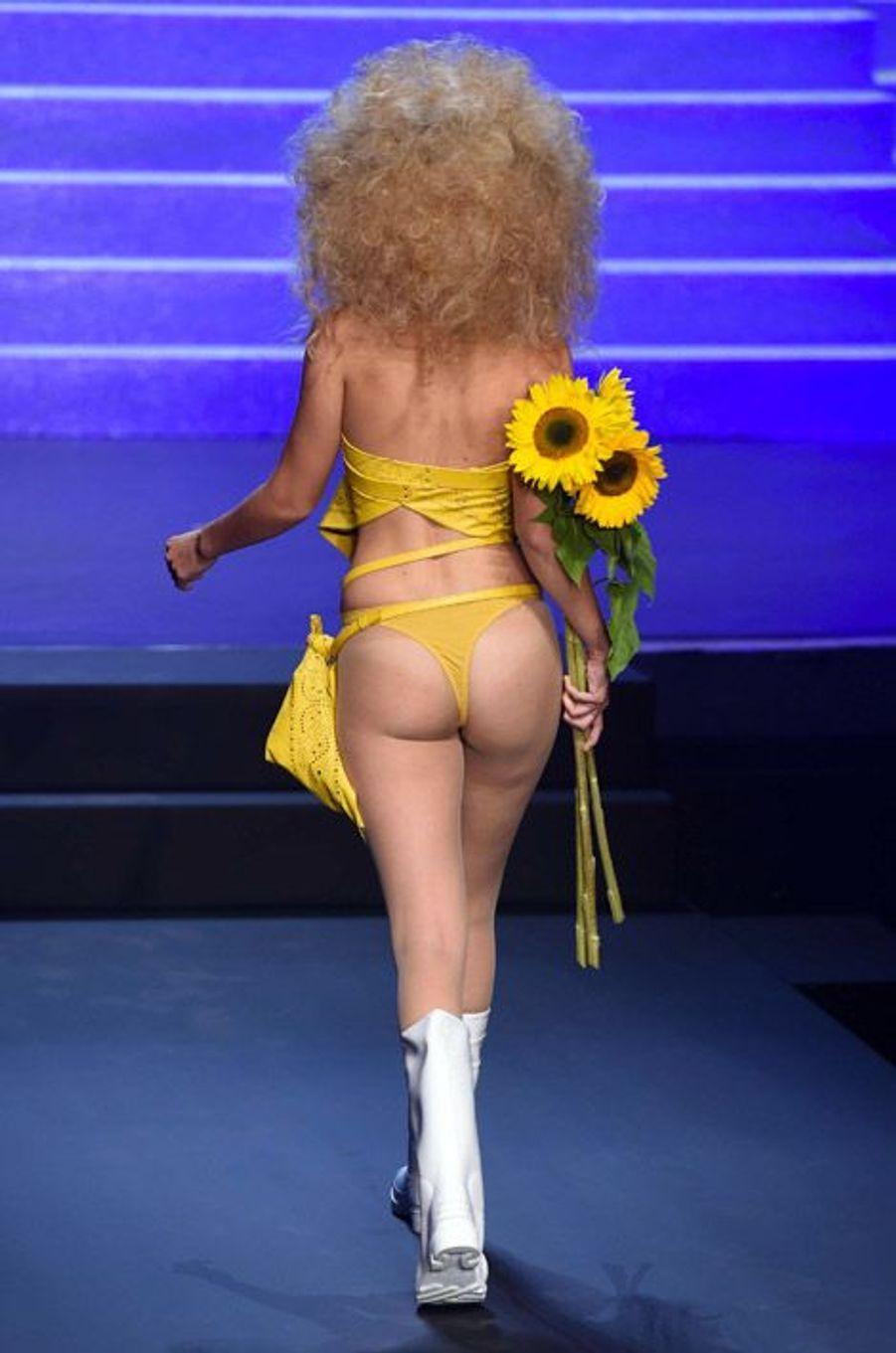Le mannequin américain Gigi Hadid lors du défilé printemps-été 2015 Jean Paul Gaultier, à Paris, le 27 septembre 2014