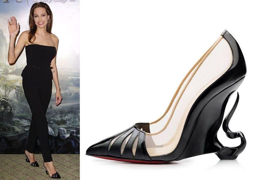 """Pour la promotion de son film """"Maléfique"""", sorti en mai dernier et dans lequel elle incarnait le mal, Angelina Jolie était chaussée de souliers Christian Louboutin incroyablement travaillés. L'actrice américaine, engagée auprès de plusieurs organisations humanitaires, a décidé de débuter un partenariat avec le créateur français des chaussures à la semelle rouge. Dès cet automne, ces escarpins compensés, déclinés en rouge et en noir, avec une flamme sculptée derrière le talon, seront mis en vente pour la somme de 1165 euros. Tous les bénéfices seront reversés à la branche américaine de SOS Villages d'Enfants, dont Brad Pitt et Angelina Jolie sont d'importants soutiens.Peut-être le tandem aura-t-il envie de travailler ensemble de nouveau à l'avenir. Lors de l'annonce de cette collaboration, Christian Louboutin a affirmé:""""C'est vraiment motivant de travailler avec quelqu'un doté d'un tel tempérament et d'un tel sens de l'esthétique. J'ai pris énormément de plaisir à connaître Angelina Jolie au cours de cette joyeuse collaboration""""."""