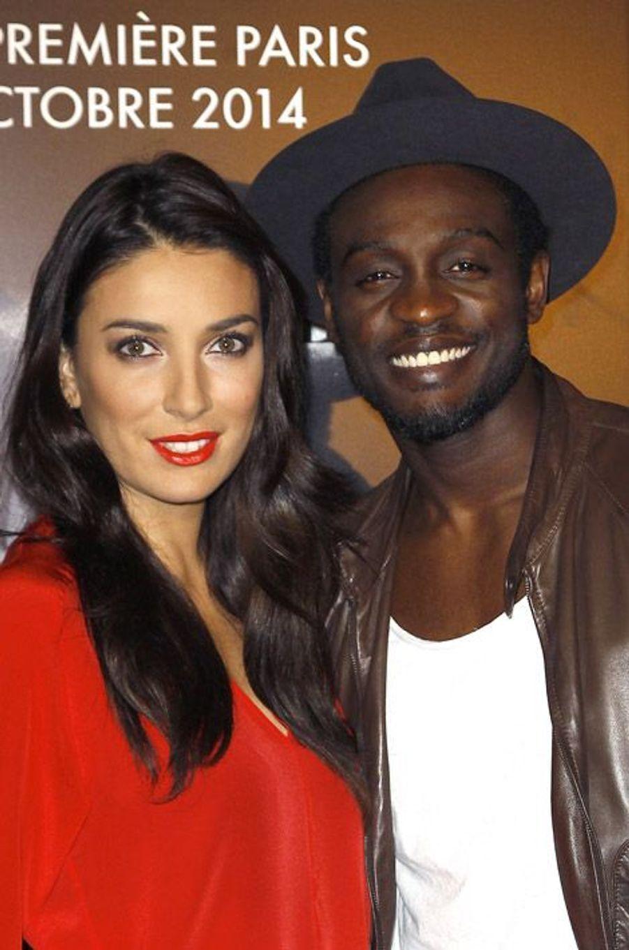 """Le chanteur français Corneille et sa femme, Sofia, à l'avant-première du film """"Interstellar"""" à Paris, le 31 octobre 2014"""