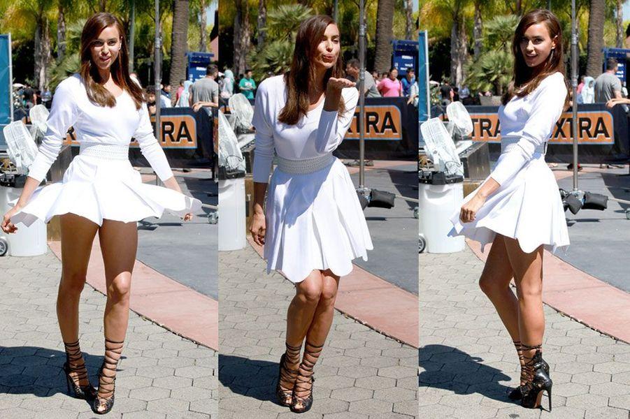 """Dnas une robe blanche peplum Azzedine Alaïa pour participer à l'émision """"Extra"""" à Los Angeles le 22 juillet 2014"""